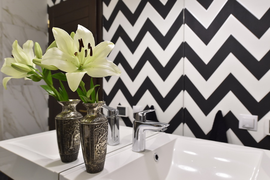 simona-ungurean-homestyling-12-interior-design-62-guest-bathroom-black-and-white-chevron-bathroom-design