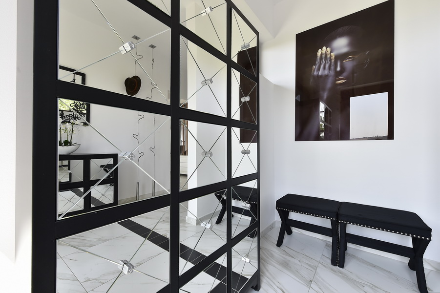simona-ungurean-homestyling-3-interior-design-17-black-and-white-entry