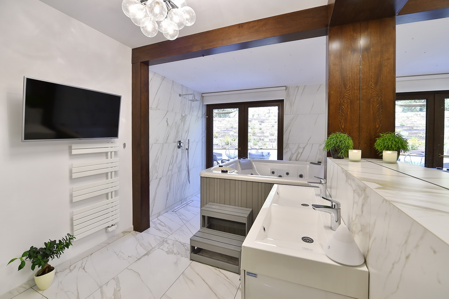 simona-ungurean-homestyling-5-interior-design-61-black-and-white-wood-marble-bathroom-design